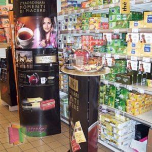 Totem-pubblicitario-con-desk-promozionale-per-degustazioni